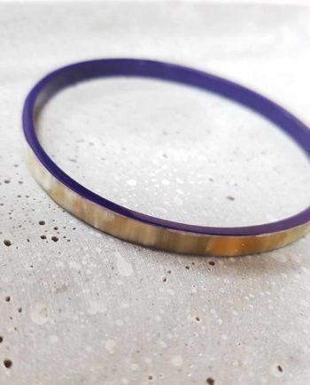 Bracelet rond fin en corne blanche, laqué bleu marine.